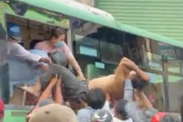 Xe tải tông nát đầu xe buýt, người dân hì hục cứu tài xế kẹt trong cabin - 3
