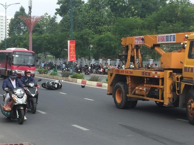 Huy động xe cẩu nâng xe buýt giải cứu thi thể nạn nhân - 3