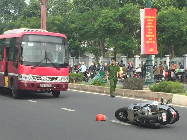 Huy động xe cẩu nâng xe buýt giải cứu thi thể nạn nhân - 2
