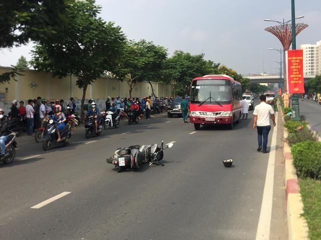 Huy động xe cẩu nâng xe buýt giải cứu thi thể nạn nhân - 1