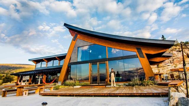 Dành 14 năm xây biệt thự đẹp như mơ từ vật liệu tái chế - 1