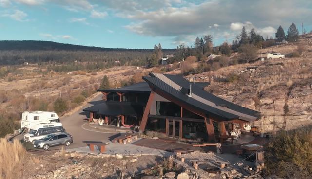 Dành 14 năm xây biệt thự đẹp như mơ từ vật liệu tái chế - 3