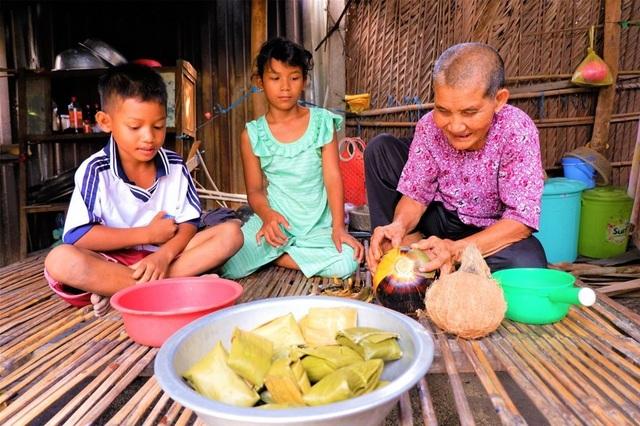 Nhói lòng cuộc sống cơ cực của cụ bà gần trăm tuổi bấu víu bên mẹt bánh bò - 1
