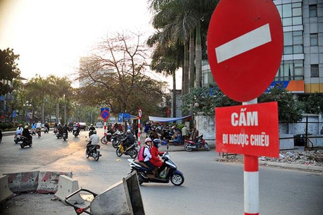 Hà Nội: Xe bồn đi ngược chiều, tài xế hổ báo thách thức xe đi đúng - 1