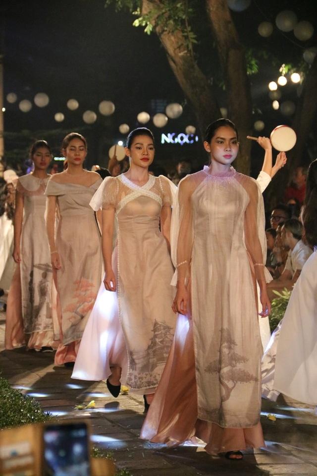 Tự hào Thế giới trong tà áo dài Việt - 7