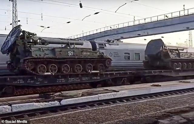 Nga bị nghi đưa thêm xe tăng, vũ khí áp sát biên giới Ukraine - 5