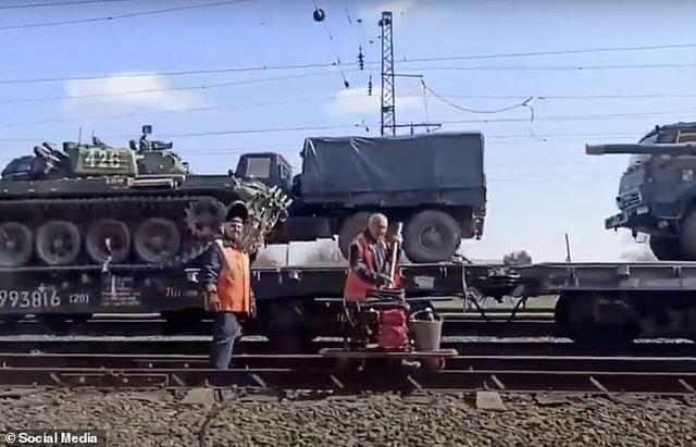 Nga bị nghi đưa thêm xe tăng, vũ khí áp sát biên giới Ukraine - 2