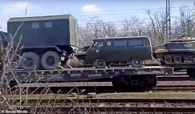 Nga bị nghi đưa thêm xe tăng, vũ khí áp sát biên giới Ukraine - 3
