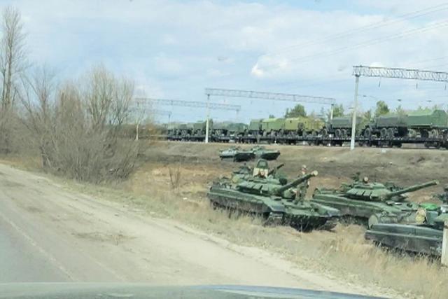 Nga bị nghi đưa thêm xe tăng, vũ khí áp sát biên giới Ukraine - 1