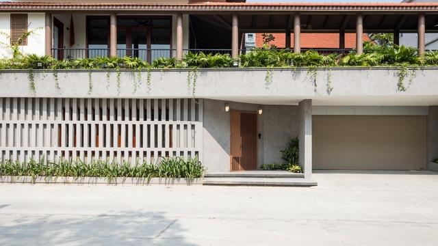 Ngôi nhà lạ đời: Sân vườn, ao cá nằm lưng chừng giữa tầng 2 - 1