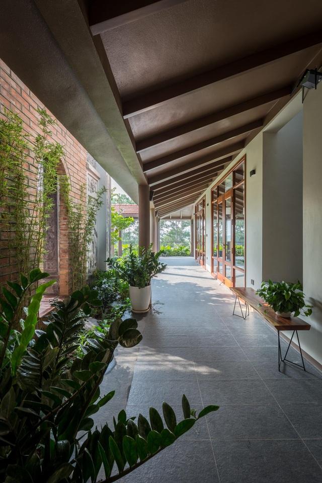 Ngôi nhà lạ đời: Sân vườn, ao cá nằm lưng chừng giữa tầng 2 - 4