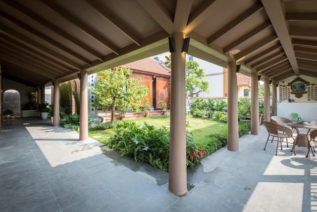 Ngôi nhà lạ đời: Sân vườn, ao cá nằm lưng chừng giữa tầng 2 - 5