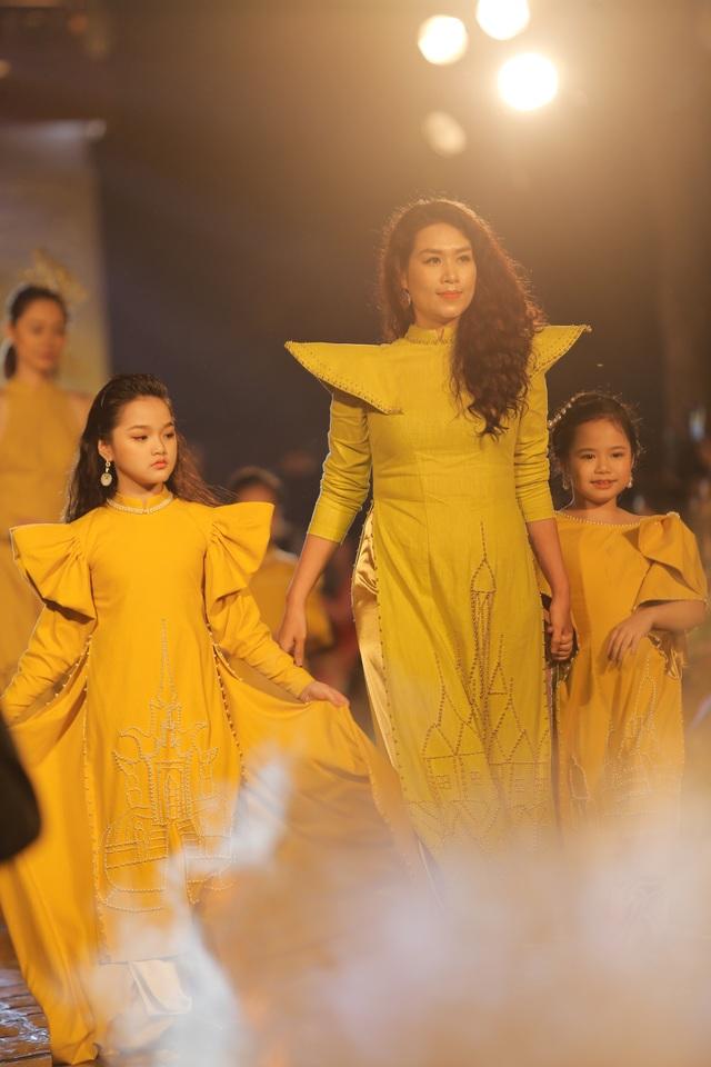 Tự hào Thế giới trong tà áo dài Việt - 4