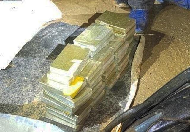 3 nam thanh niên vận chuyển 40 bánh heroin bằng xe máy - 1