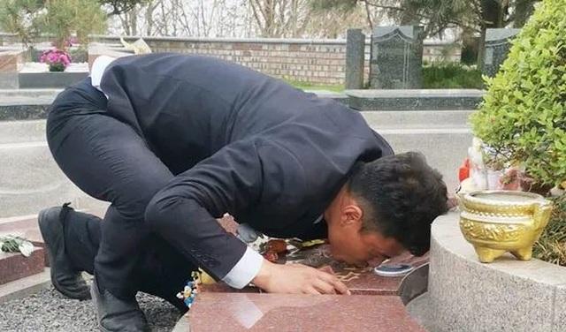 Ông bố xin làm tại nghĩa trang, giữ lời hứa luôn bên cạnh dù con ở đâu - 1
