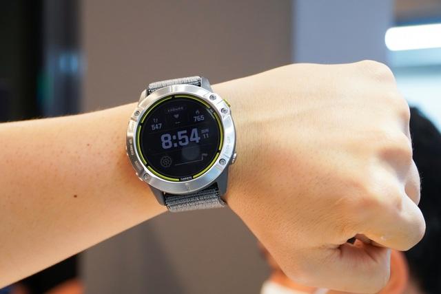 Smartwatch pin 65 ngày, giá 20 triệu đồng về Việt Nam - 2