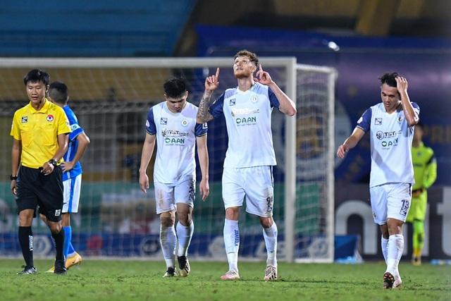 CLB Hà Nội 4-0 Than Quảng Ninh: Quang Hải rực sáng - 11