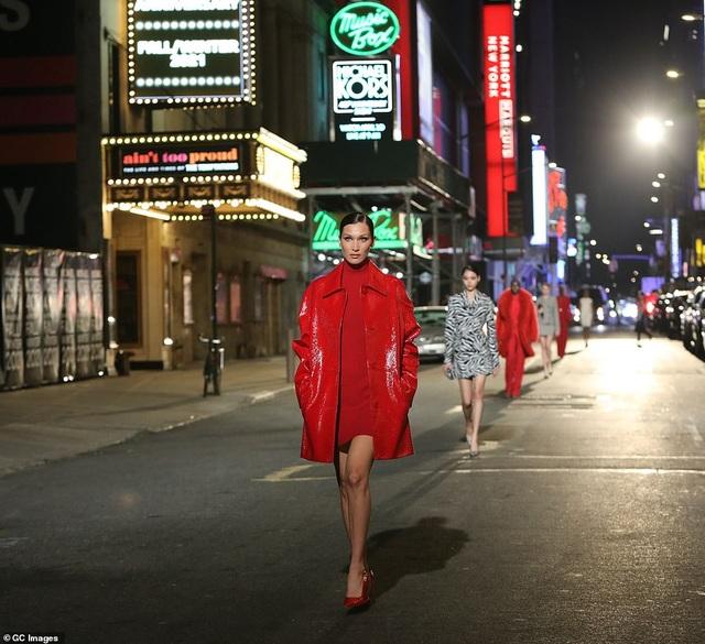 Sợ Covid, dàn siêu mẫu diễn thời trang... ngoài đường - 1