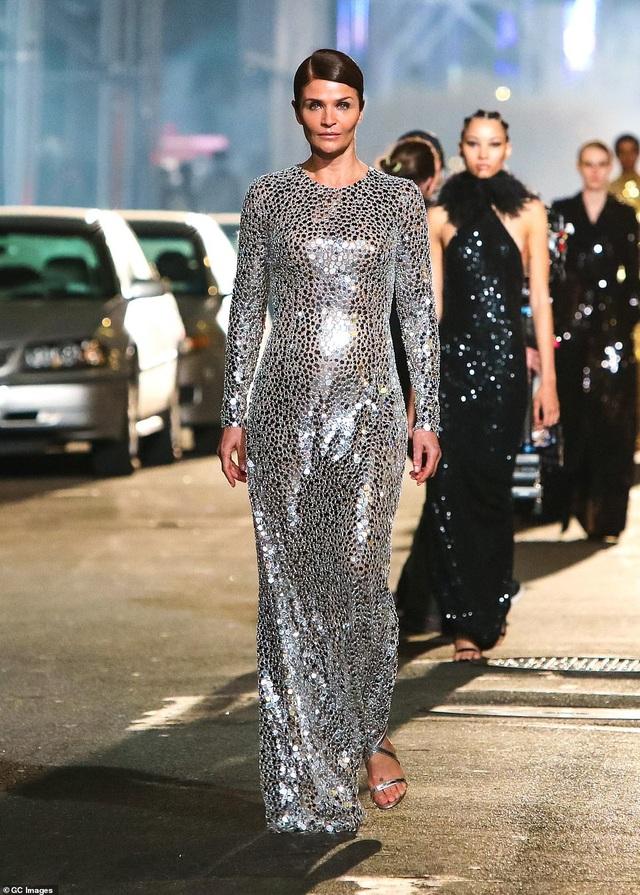 Sợ Covid, dàn siêu mẫu diễn thời trang... ngoài đường - 3