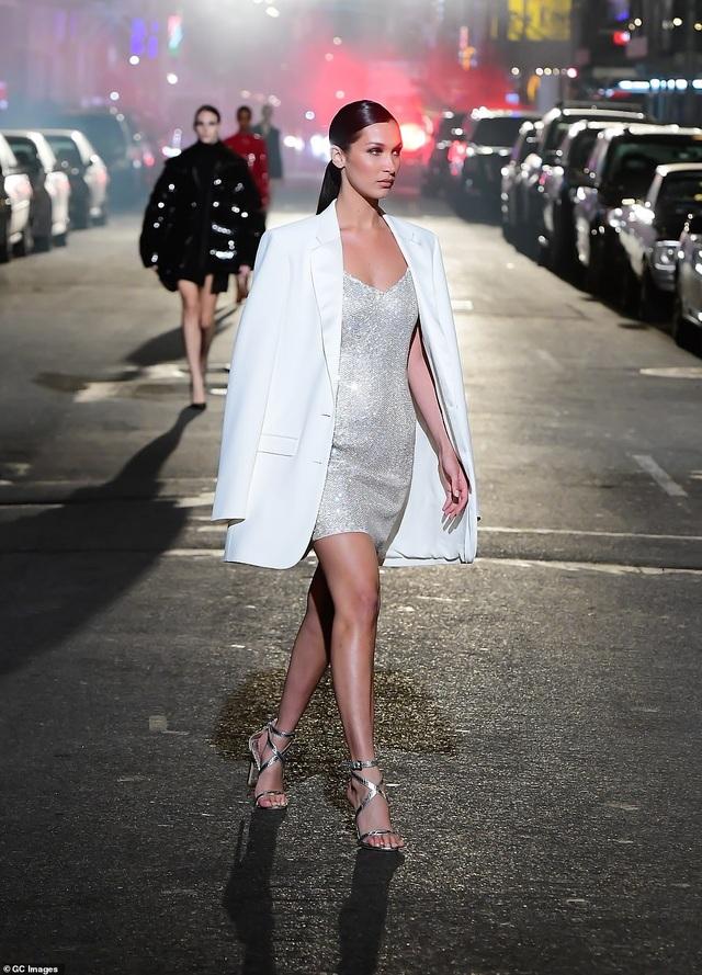 Sợ Covid, dàn siêu mẫu diễn thời trang... ngoài đường - 4