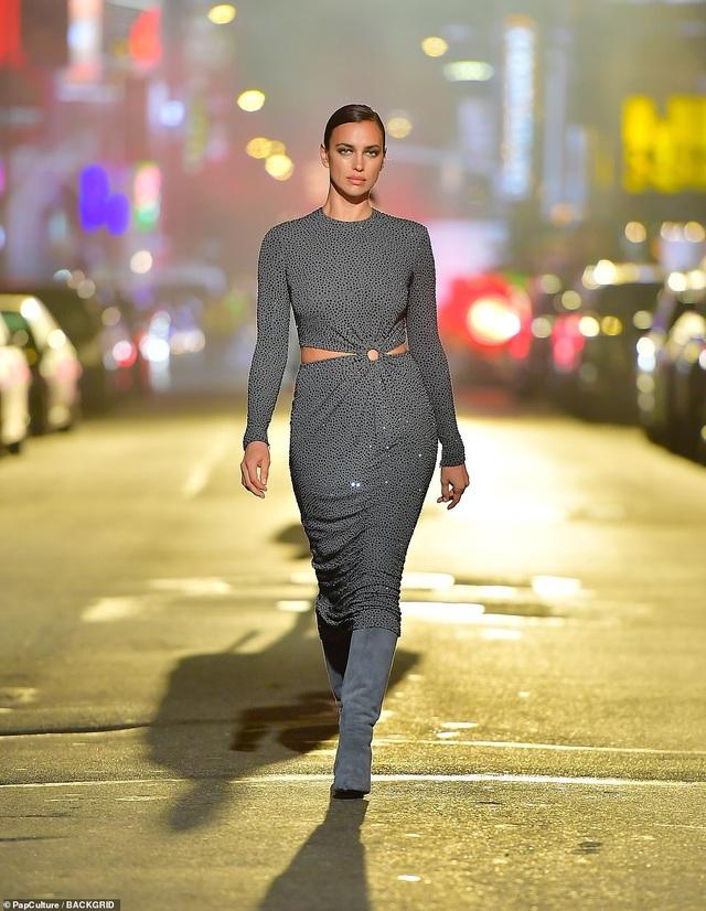 Sợ Covid, dàn siêu mẫu diễn thời trang... ngoài đường - 5