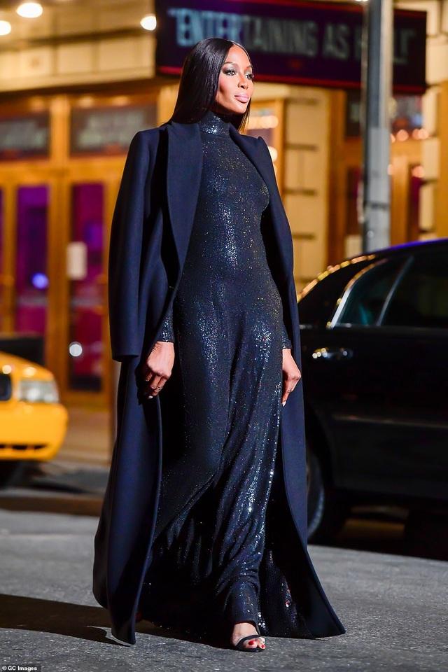 Sợ Covid, dàn siêu mẫu diễn thời trang... ngoài đường - 6