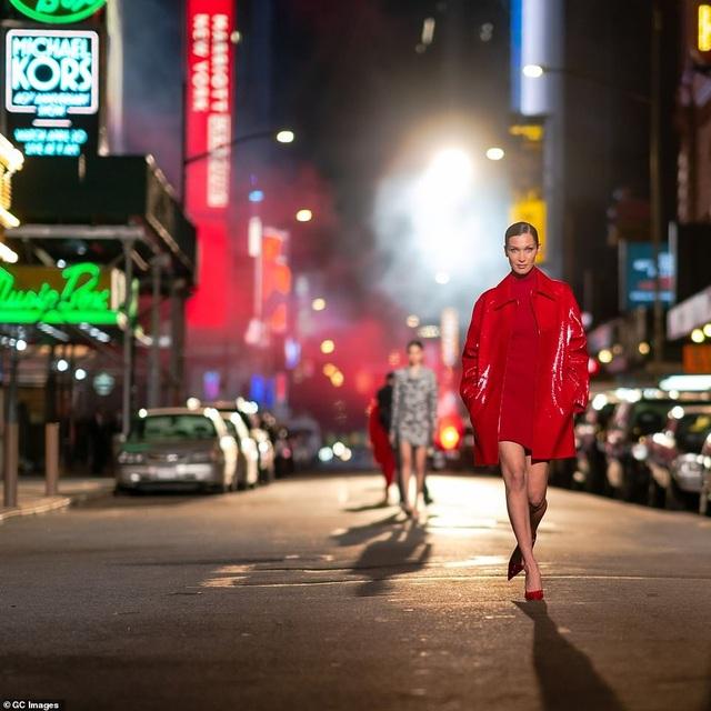 Sợ Covid, dàn siêu mẫu diễn thời trang... ngoài đường - 7