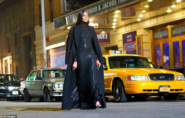 Sợ Covid, dàn siêu mẫu diễn thời trang... ngoài đường - 8