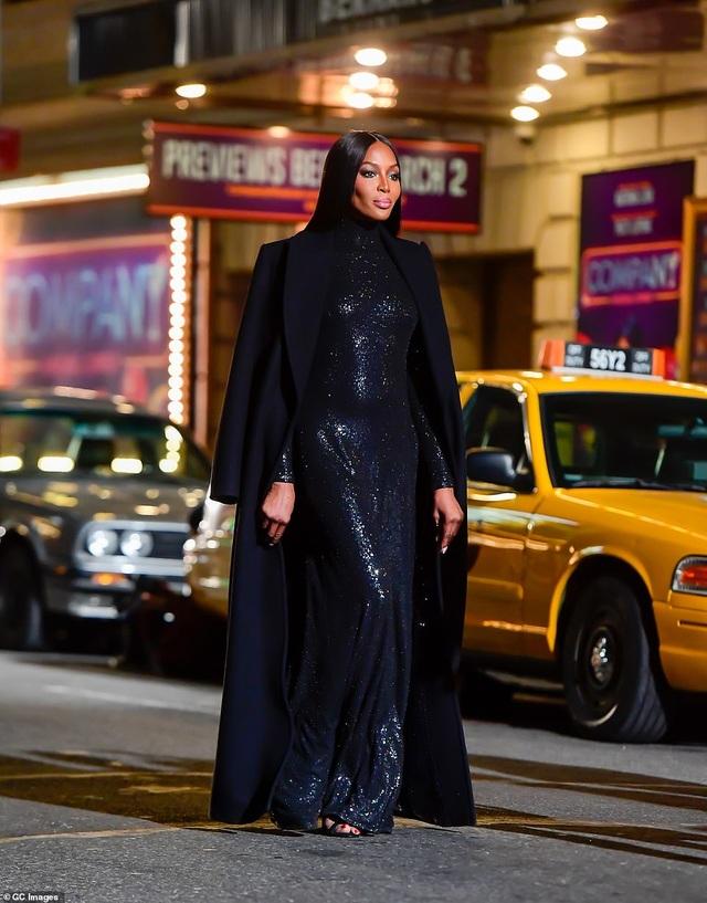 Sợ Covid, dàn siêu mẫu diễn thời trang... ngoài đường - 9