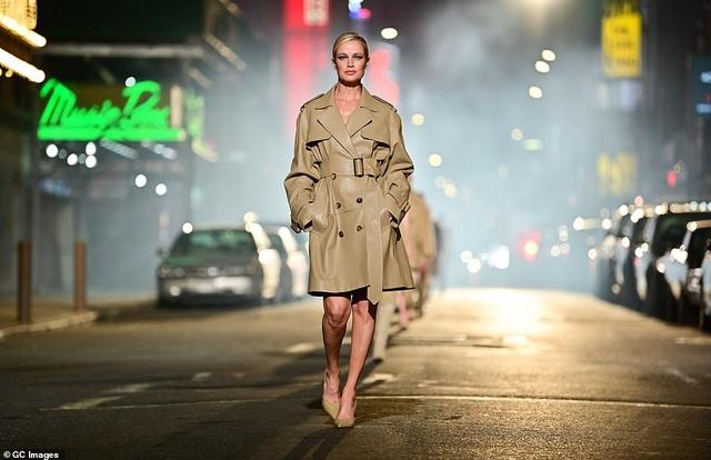 Sợ Covid, dàn siêu mẫu diễn thời trang... ngoài đường - 10