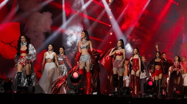 Hoa hậu Tiểu Vy, Minh Tú cực kỳ sexy khi trình diễn trên sân khấu Rap Việt - 4
