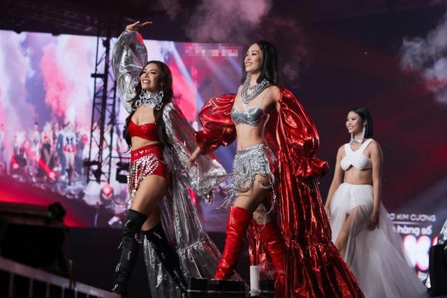 Hoa hậu Tiểu Vy, Minh Tú cực kỳ sexy khi trình diễn trên sân khấu Rap Việt - 1