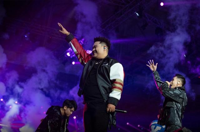 Hoa hậu Tiểu Vy, Minh Tú cực kỳ sexy khi trình diễn trên sân khấu Rap Việt - 7