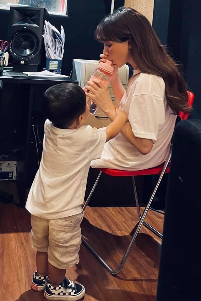 Hòa Minzy đăng ảnh cho con bú, chia sẻ bí quyết nuôi con bằng sữa mẹ - 2