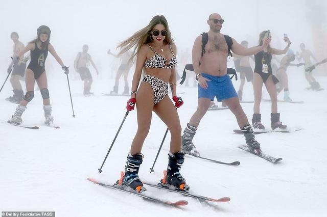 Dàn người đẹp nóng bỏng diện bikini trượt tuyết ở Nga - 1