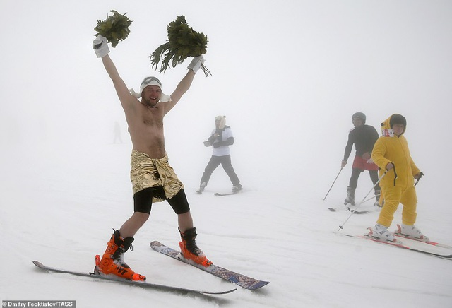 Dàn người đẹp nóng bỏng diện bikini trượt tuyết ở Nga - 9
