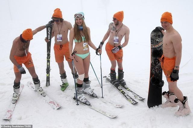 Dàn người đẹp nóng bỏng diện bikini trượt tuyết ở Nga - 2