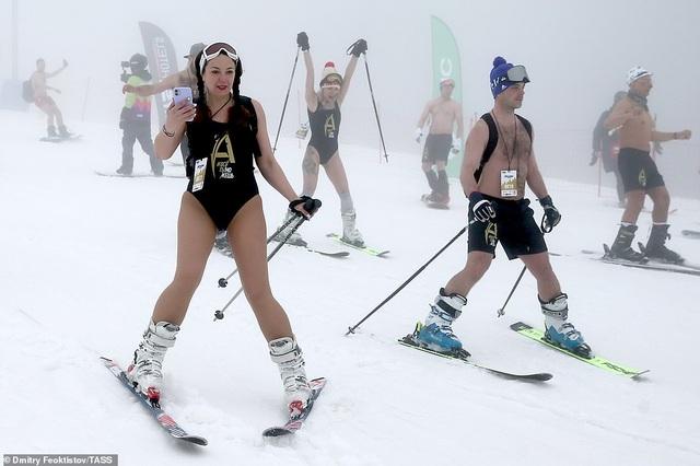 Dàn người đẹp nóng bỏng diện bikini trượt tuyết ở Nga - 3