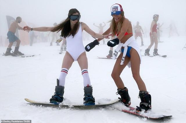 Dàn người đẹp nóng bỏng diện bikini trượt tuyết ở Nga - 4