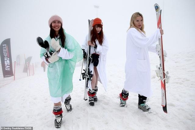 Dàn người đẹp nóng bỏng diện bikini trượt tuyết ở Nga - 8