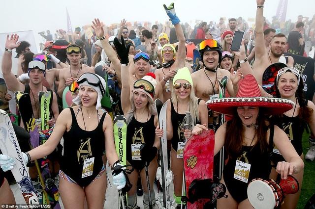 Dàn người đẹp nóng bỏng diện bikini trượt tuyết ở Nga - 11
