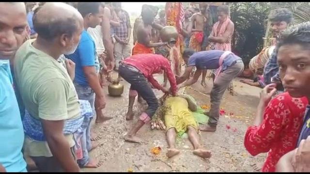 Rùng mình cảnh dân làng tụ tập thực hiện nghi lễ đánh thức người chết - 1
