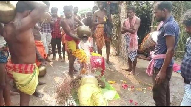Rùng mình cảnh dân làng tụ tập thực hiện nghi lễ đánh thức người chết - 2