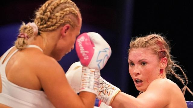 Kinh hãi gương mặt sưng húp của nữ võ sĩ sau trận đấu tàn khốc - 1
