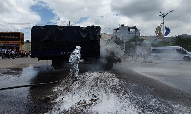 Xe tải chở dầu điều bốc cháy khi đang lưu thông trên QL1A - 1