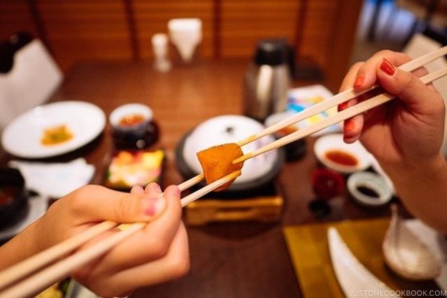 Những quy tắc trong văn hóa dùng đũa của người Nhật Bản - 2