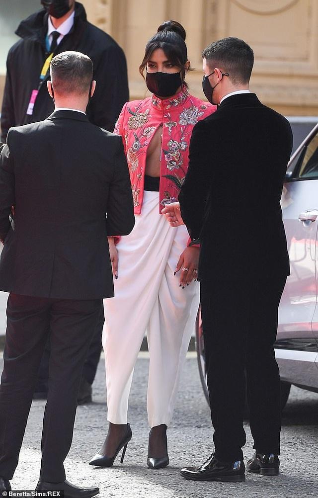 Hoa hậu thế giới diện áo không nội y, đẹp đôi bên chồng kém 10 tuổi - 3