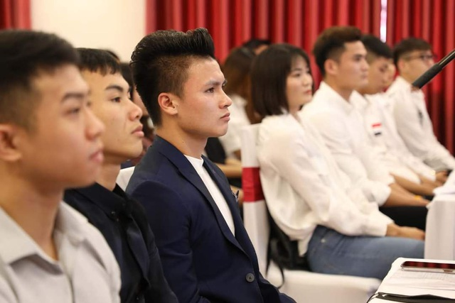 Cầu thủ Quang Hải nhận học bổng toàn phần tại trường đại học Kinh tế - 2