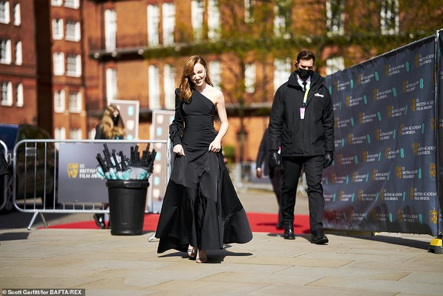 Hoa hậu thế giới diện áo không nội y, đẹp đôi bên chồng kém 10 tuổi - 7