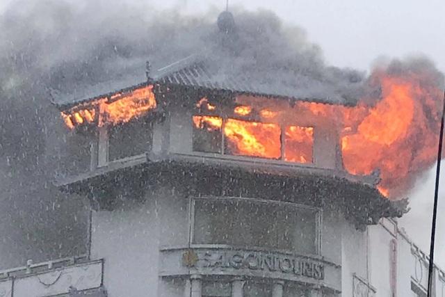 Đỉnh tháp khách sạn cháy ngùn ngụt trong cơn mưa - 1